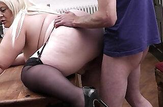 वर्दी बकवास: Busty amateur blonde secretary pleases her boss